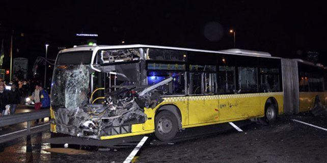 Metrobüs minibüsle çarpıştı