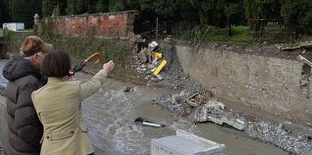 Mezarlığın duvarı çöktü, cesetler ortalığa saçıldı