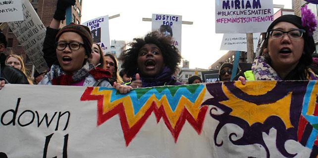 10 binlerce kişi polis şiddetini protesto etti