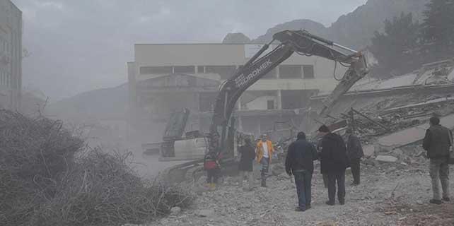 6 katlı bina çöktü: 1 ölü, 1 yaralı