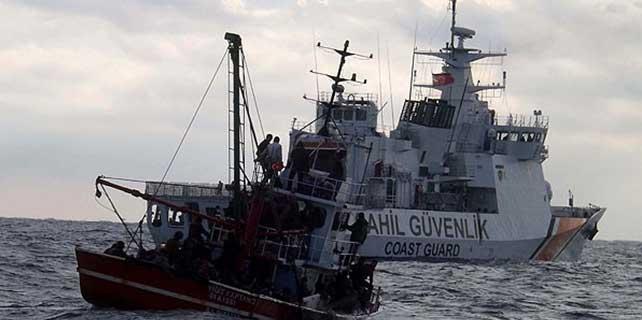 Batmak üzere olan teknedeki kaçaklar kurtarıldı