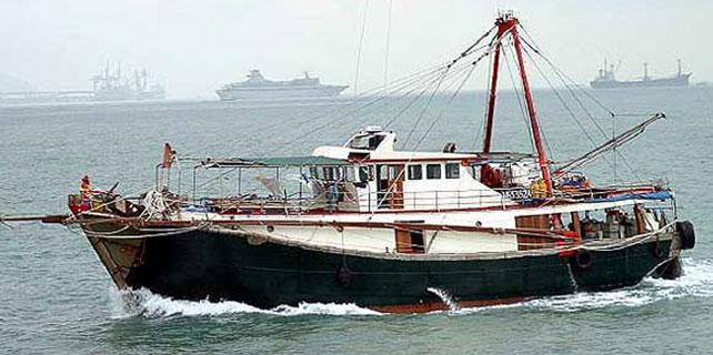 Endonezya'da kaçak avlanan iki balıkçı teknesi batırıldı