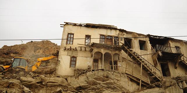 Halkapınar'da eski ve tehlike saçan kerpiç evler yıkılıyor