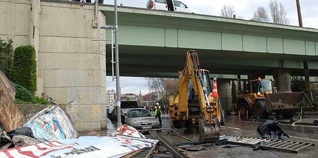 İstanbul'da lodos köprünün korkuluklarını yıktı