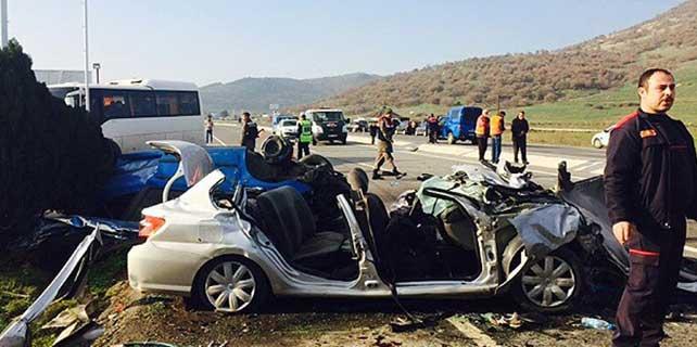 İzmir'de otomobil karşı şeride geçti: 6 ölü
