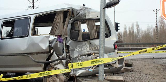 Kamyon, minibüse çarptı: 1 ölü, 5 yaralı