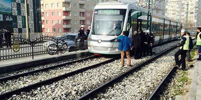 Korkuluklardan atladı tramvayın altında kaldı