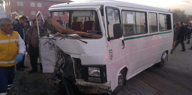 Konya'da servis minibüsü ile cip çarpıştı: 5 yaralı