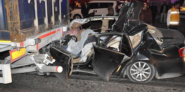 Mersin'de otomobil tıra çarptı: 5 ölü
