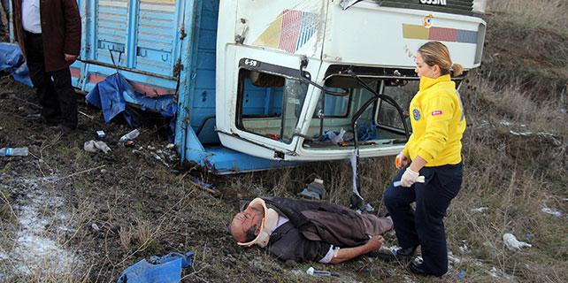 Sivas'ta tekerleği çıkan kamyonet devrildi