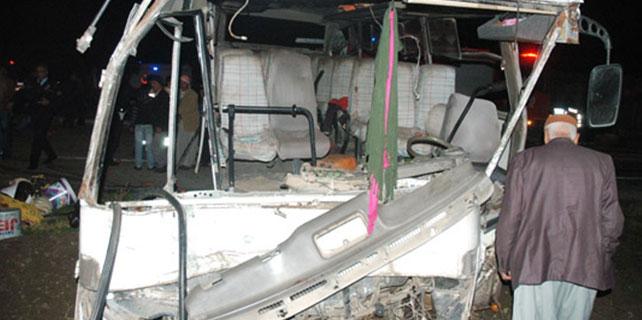 Tarım işçilerini taşıyan otobüs kaza yaptı