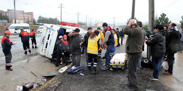 Uşak'ta servis minibüsü devrildi