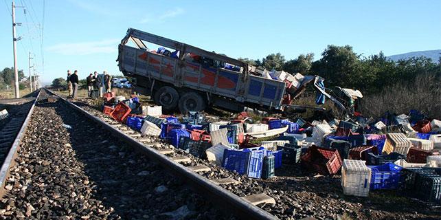 Yük treni ile kamyon çarpıştı: 1 ölü