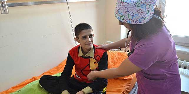 Afgan çocuğun yaralarını Türkiye sardı