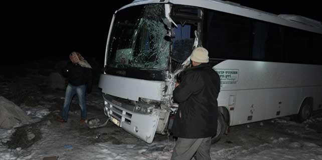 MHP'lileri taşıyan midibüs kaza yaptı: 1 ölü, 9 yaralı