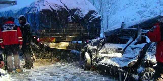 Bitlis'te otomobil tıra çarptı: 3 yaralı