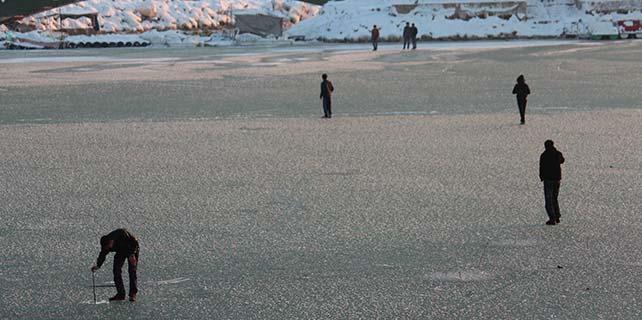 Buz tutan gölde tehlikeli oyun
