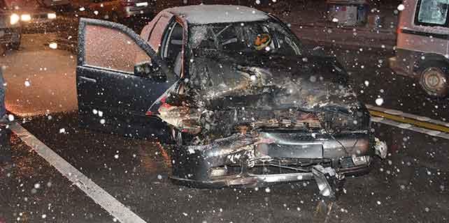 Konya'da tıra çarpan otomobil yandı