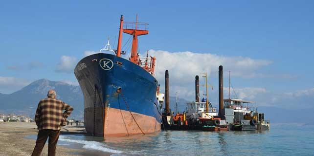 Mersin'de karaya oturan yük gemisi kurtarıldı