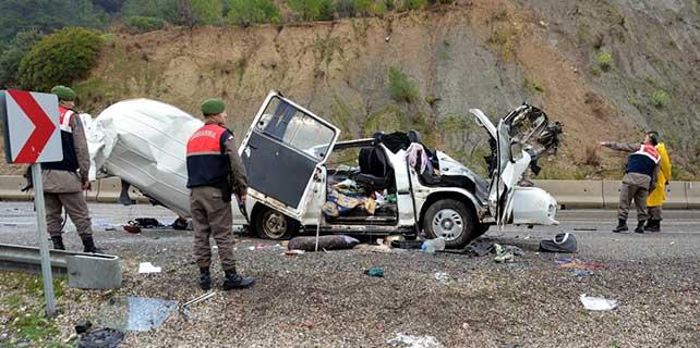 Minibüs tırın dorsesine çarptı: 2 ölü, 6 yaralı