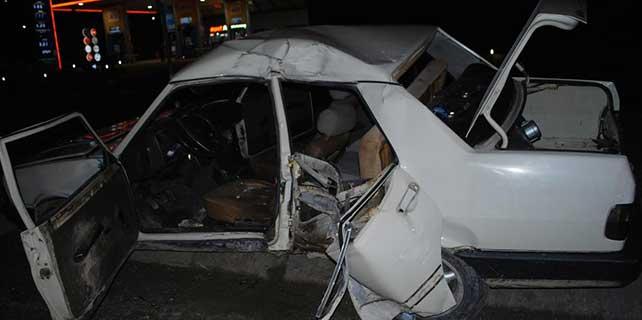 Otomobil aydınlatma direğine çarptı: 1 ölü, 1 yaralı