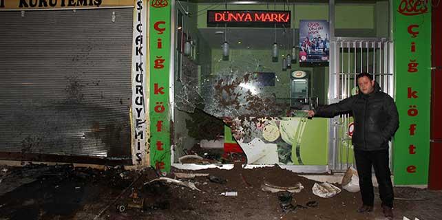 Otomobil çiğ köfte dükkanına çarptı: 3 yaralı