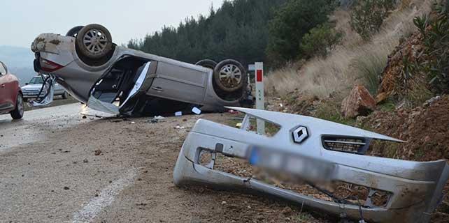 Otomobil kayalara çarptı: 4 yaralı