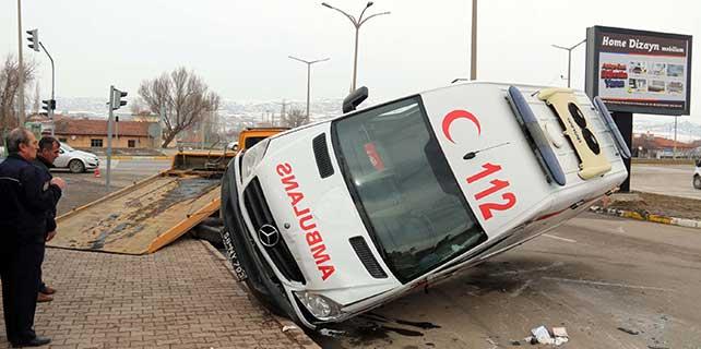Otomobille ambulans çarpıştı: 5 yaralı