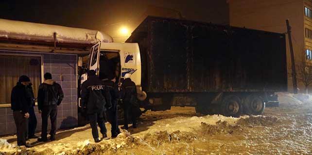 Şoför kalp krizi geçirdi, kamyon iş makinesine çarptı
