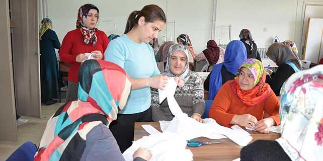 Sorgunlu ev hanımları gömlek üretiyor