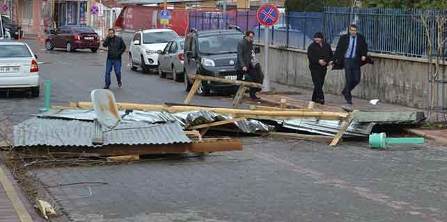 Vergi dairesinin çatısı uçtu: 4 yaralı