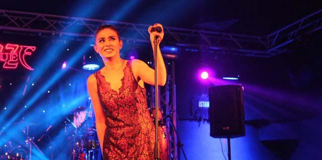 Yıldız Tilbe İzmir'de hayranlarıyla buluştu