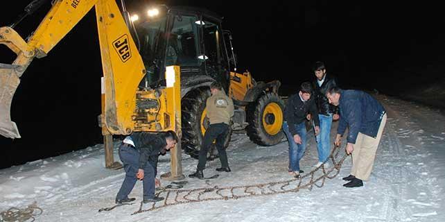 Yolda kalan sürücüleri belediye ekipleri kurtarıyor