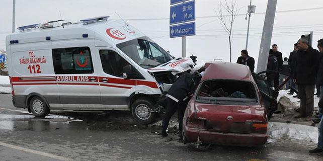 Ağrı'da ambulansla otomobil çarpıştı: 5 yaralı