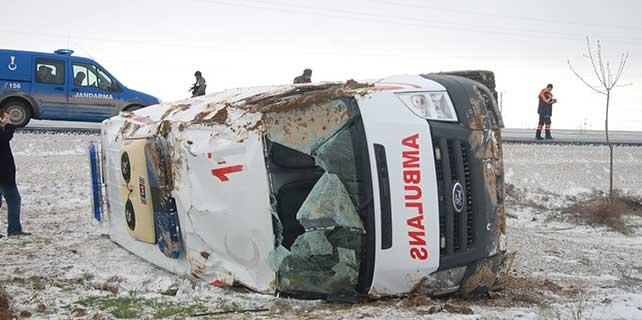 Aksaray'da ambulans devrildi: 3 yaralı