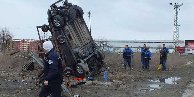 Akyurt'ta otomobil elektrik direğine çarptı: 1 yaralı