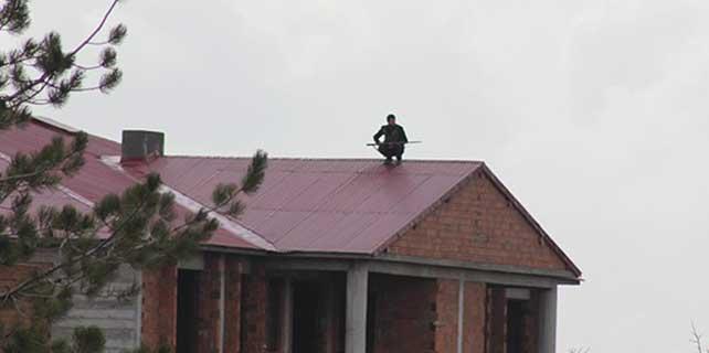 Çatıya çıkan cinayet zanlısı 3 polisi de yaraladı