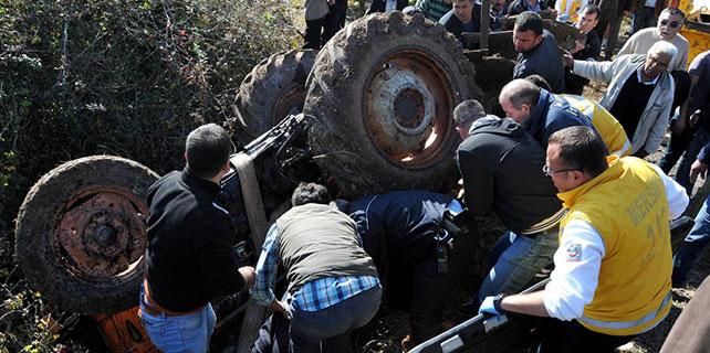 Devrilen traktörde sıkışan sürücü vinç yardımıyla kurtarıldı