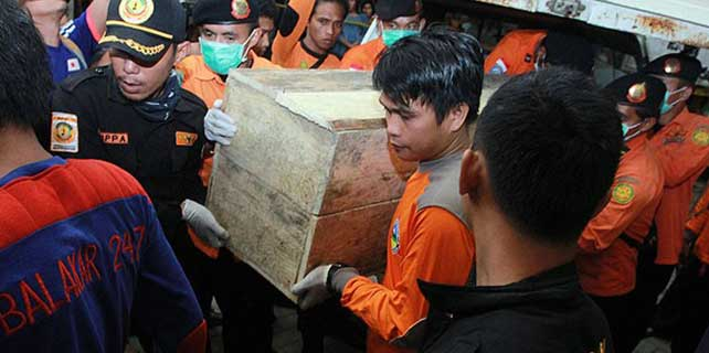 Endonezya'da denizden çıkarılan ceset sayısı 90'a yükseldi