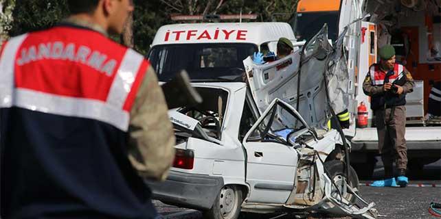 Hatay'da kamyonete çarpan otomobildeki 1 kişi öldü, sürücü yaralandı
