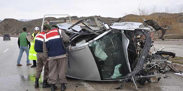 Kırıkkale'de otomobil bariyerlere çarptı: 4 yaralı