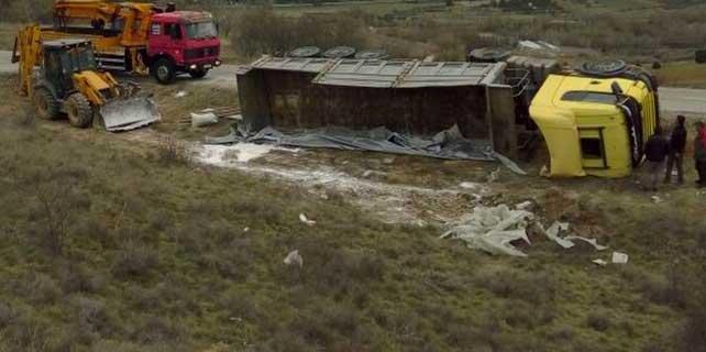 Konya-Isparta karayolunda tır devrildi: 2 Yaralı
