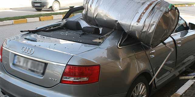 Lüks aracın üzerine su varili düştü