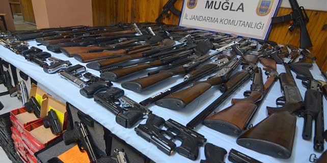 Muğla'da minibüste ruhsatsız silahlar ele geçirildi
