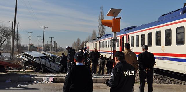 Hemzemin geçitte kaza: 2 ölü