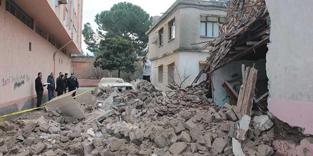 Osmaniye'de kullanılmayan kerpiç ev yıkıldı