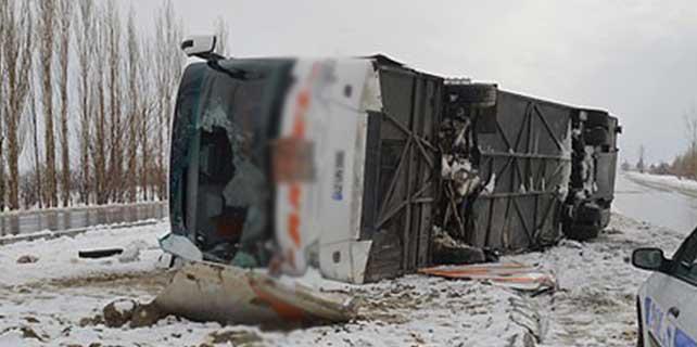 Otobüs devrildi: 33 yaralı