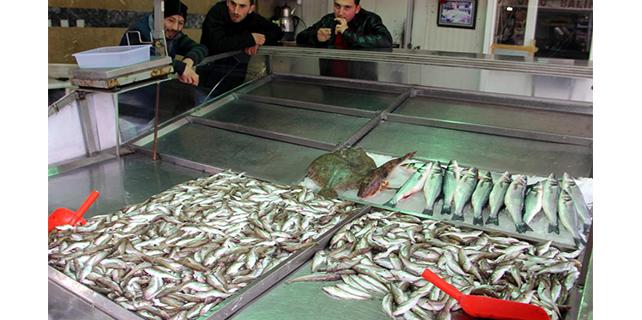 Şiddetli lodos, balık tezgahlarını vurdu