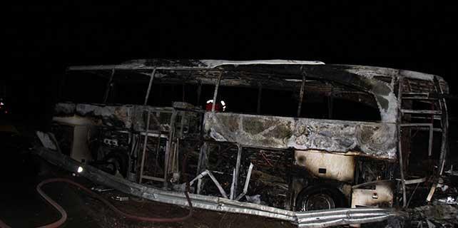 Sivas'ta bariyerlere çarpan otobüs alev aldı: 7 yaralı