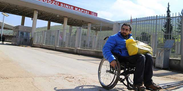 Tekerlekli sandalyeyle sınırı geçti